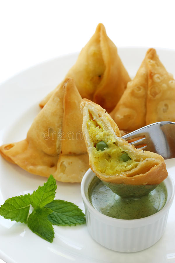 samosa мяты еды chutney индийское стоковая фотография