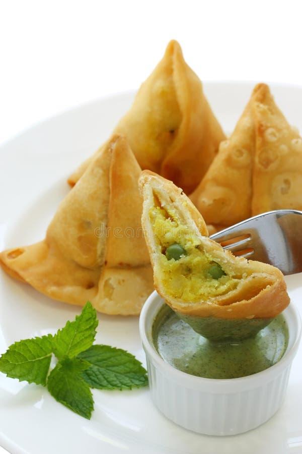 Samosa con il chutney della menta, alimento indiano fotografia stock