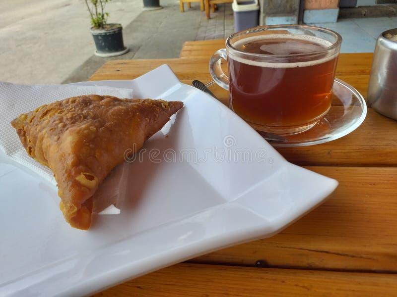 Samosa et thé d'un marché de nourriture de rue en Addis Abababa photographie stock libre de droits