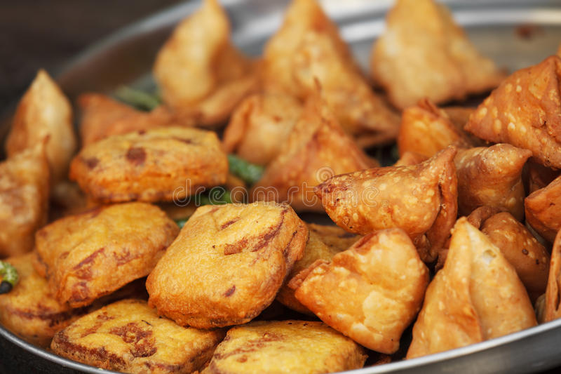 Samosa indien traditionnel de plat sur le marché libre photographie stock