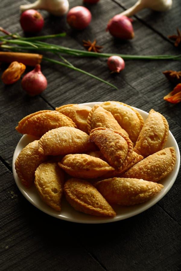 Samosa indio del bocado de la comida de la calle, soplos del curry imagenes de archivo