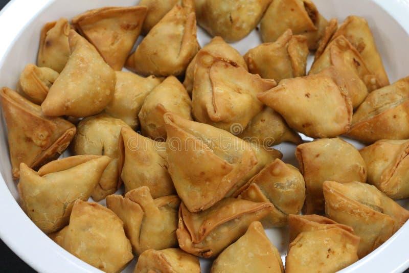 Samosa punjabi fritto nel grasso bollente immagine stock
