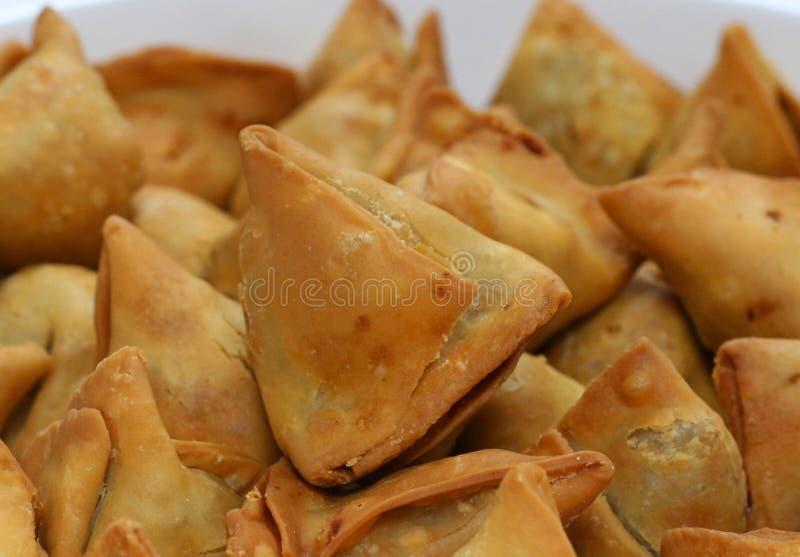 Samosa punjabi fritto nel grasso bollente fotografia stock
