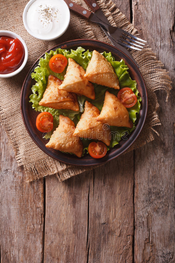 Samosa su un piatto con salsa su un piatto, vista superiore verticale fotografia stock