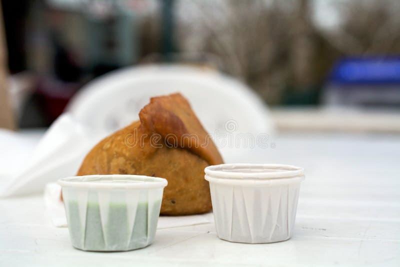 Samosa sur une table blanche photographie stock