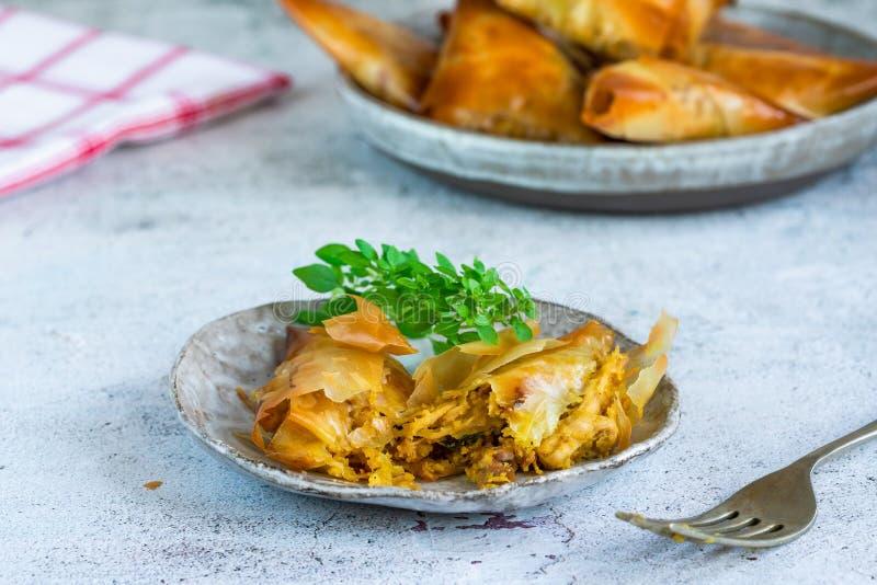Samosas κοτόπουλου με το αμύγδαλο και το βερίκοκο στοκ φωτογραφία με δικαίωμα ελεύθερης χρήσης