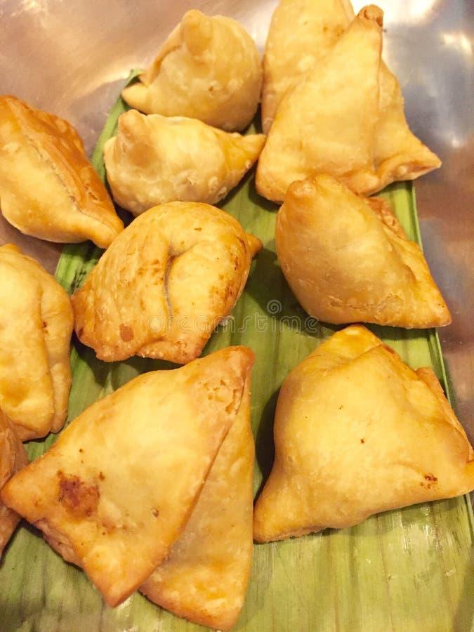 Samosas - alimentos de preparación rápida indios fotos de archivo libres de regalías