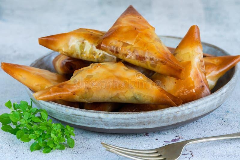 Samosas de poulet avec l'amande et l'abricot image stock