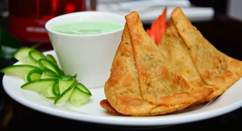Download Samosas indiano fotografia stock. Immagine di piatto - 55355904