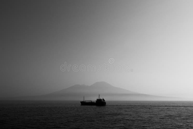 Samotna łódź przeciw wyspie fotografia royalty free