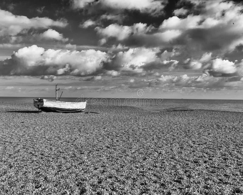 Samotna łódź rybacka, Aldeburgh, Suffolk, Anglia zdjęcie stock