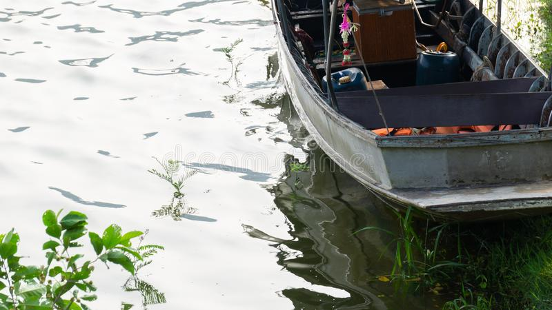 Samotna łódź w jeziorze zdjęcia stock
