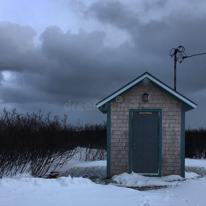 Samotna chałupa pod szarym niebem obraz stock