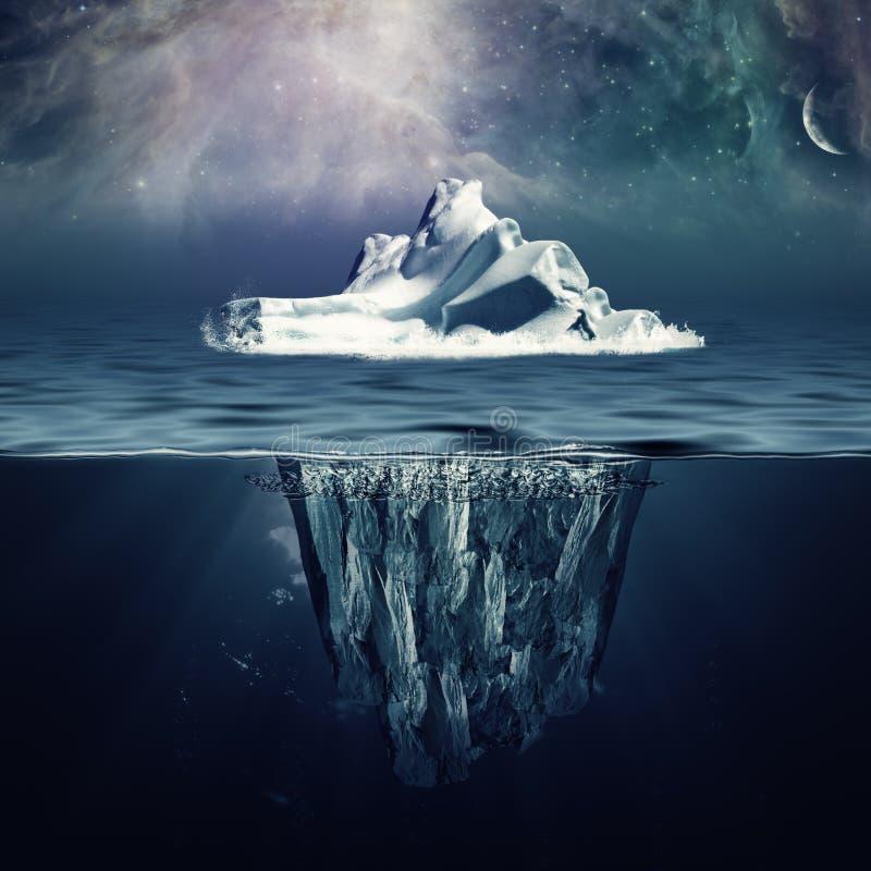 Samotna góra lodowa w oceanie zdjęcia royalty free