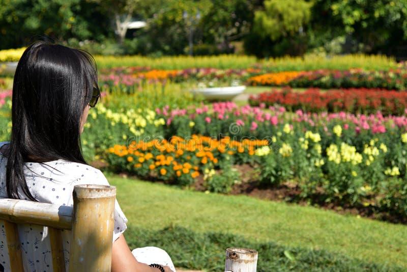Samotna kobieta w ogrodzie fotografia stock