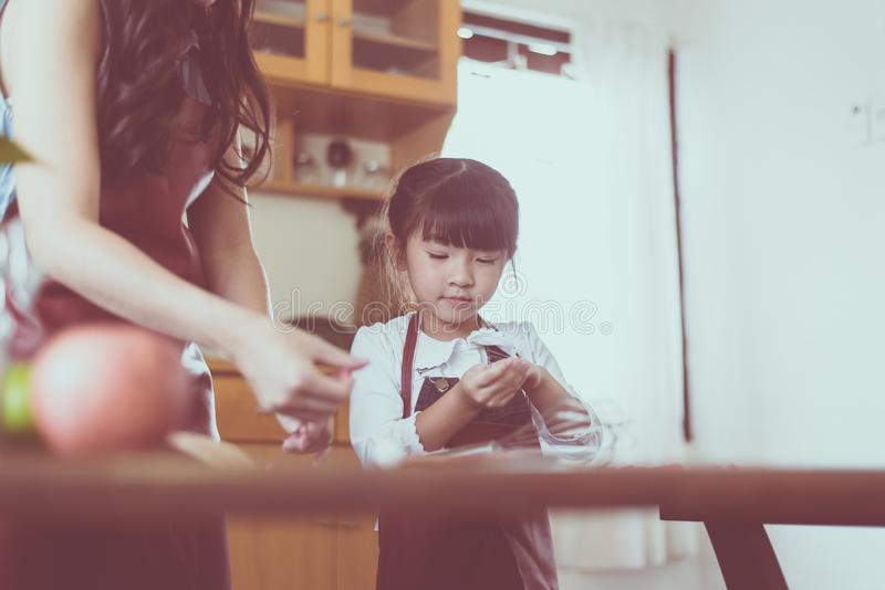 Samotna matka i mała córka robi jedzenie kuchni wpólnie w domu, zakończenie w górę fotografia stock