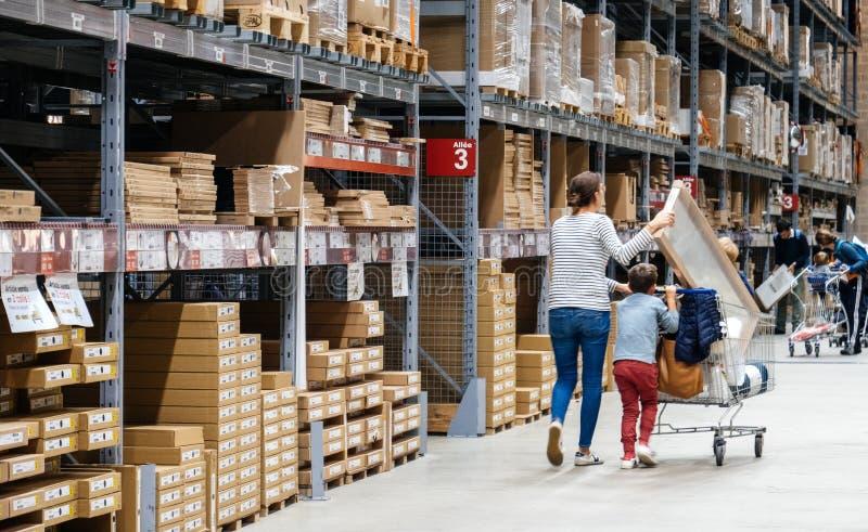 Samotna matka zakupy przy IKEA meblarskiego sklepu dosunięcia furą obraz royalty free