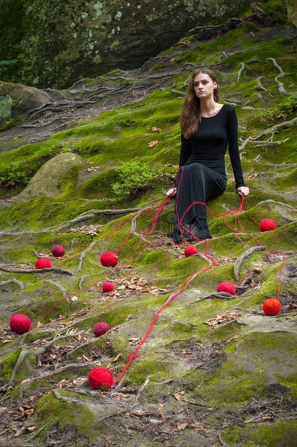 Samotna piękna dziewczyna siedzi na zielonym mech w czarodziejskim lesie zdjęcia stock