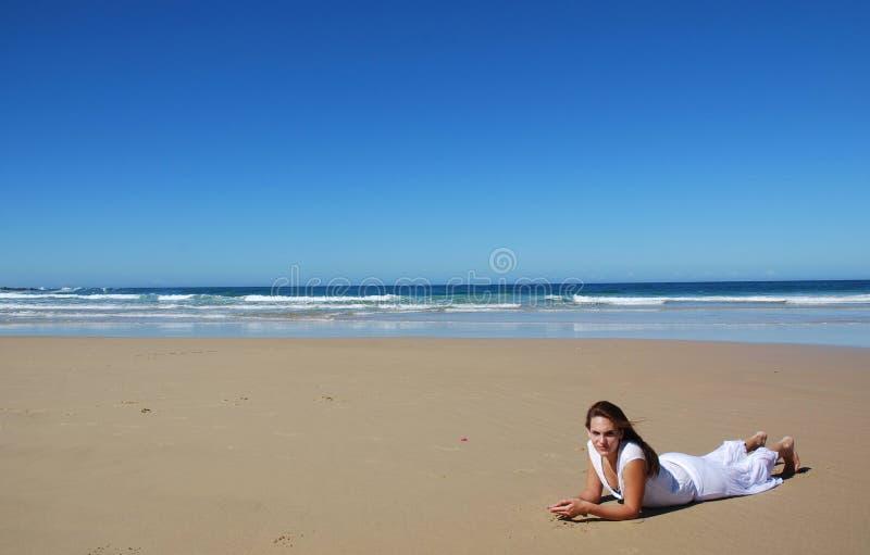 samotna plażowa kobieta obraz royalty free