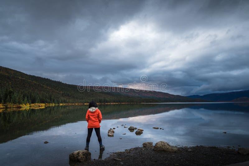 Samotna podróżnika i jeziora scena obrazy royalty free