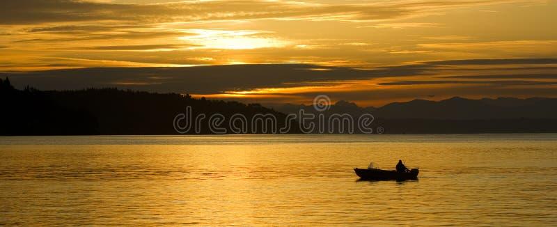 Samotna rybak małej łódki wschodu słońca początku zatoka Puget Sound W obrazy royalty free