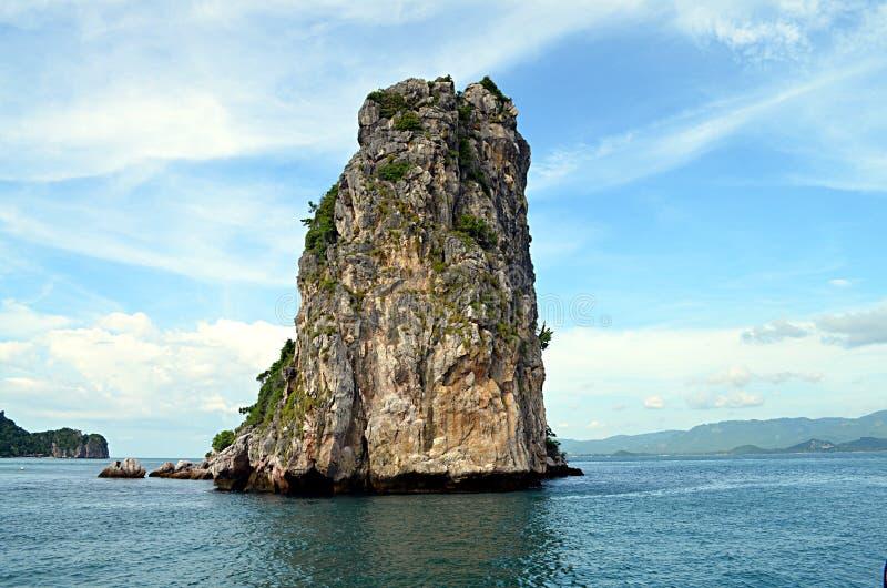 Samotna wyspa w oceanie obrazy royalty free