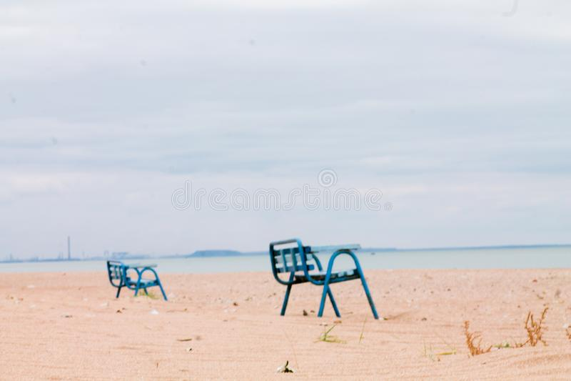 Samotne ławki w opuszczonej wiosce w okolicy działań wojennych na Ukrainie Widok z Morza Azowskiego na Mariupol Palenie tytoniu zdjęcie stock