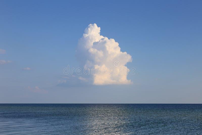 Samotne chmury nad seascape fotografia royalty free