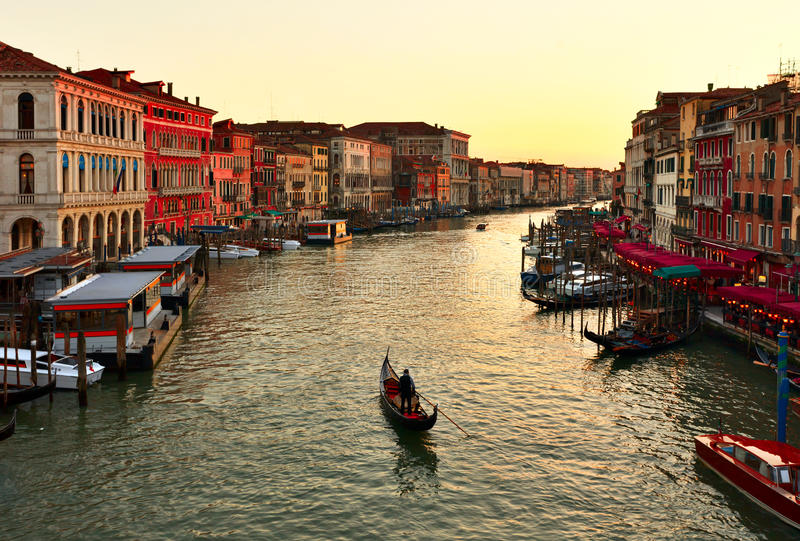 samotnej kanałowej gondoli uroczysty zmierzch Venice obrazy stock