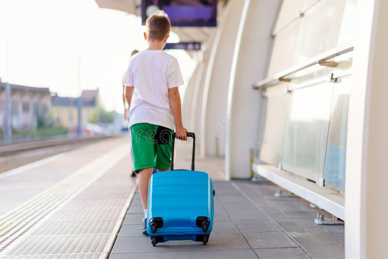 Samotnie dziesięć lat dziecko z błękitnym bagażem fotografia royalty free
