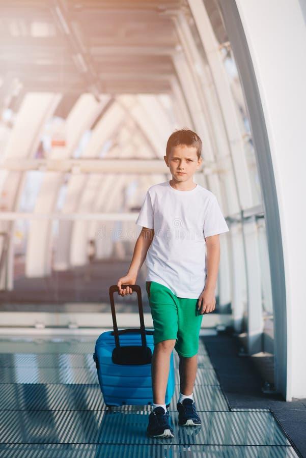 Samotnie dziesięć lat dziecko z błękitnym bagażem zdjęcia royalty free