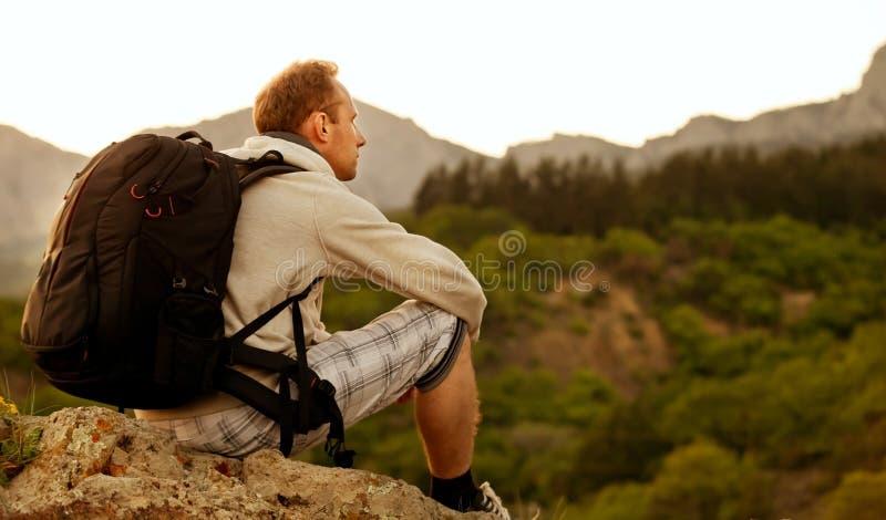 Samotny arywista na halnym wzgórzu zdjęcie stock