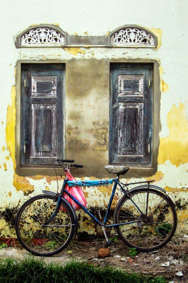 Samotny bicykl przed zbutwiałym kolonialnym budynkiem w galasie, Sri Lanka obraz royalty free