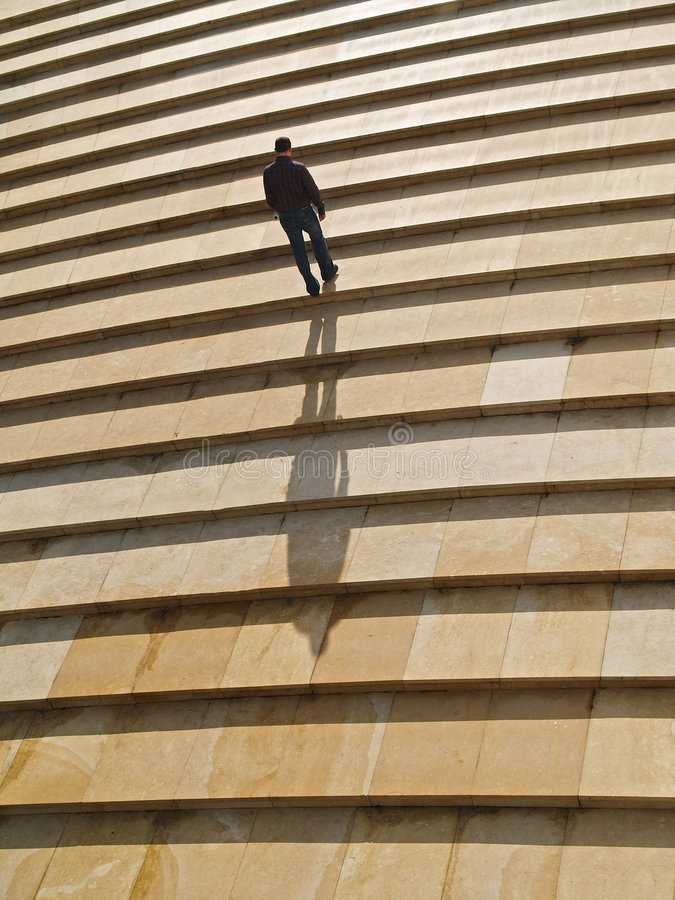 samotny człowiek na górze chodzi zdjęcia royalty free