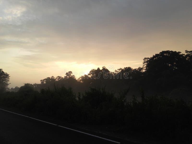 Samotny drogi i słońca set zdjęcie stock
