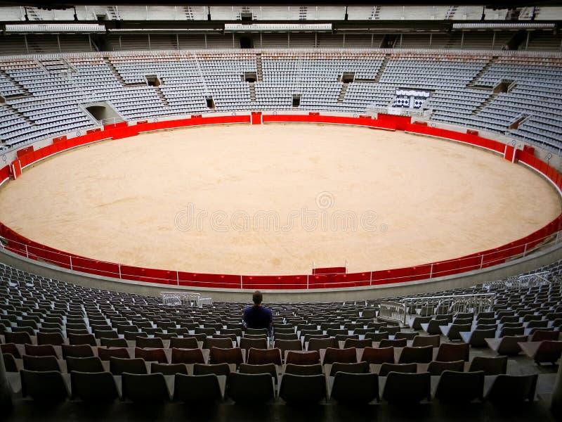 Samotny gościa obsiadanie w pustej bullfighting arenie w Hiszpania Hiszpański corrida, tradycyjna impreza kulturalna Zwierzęcy na obraz stock
