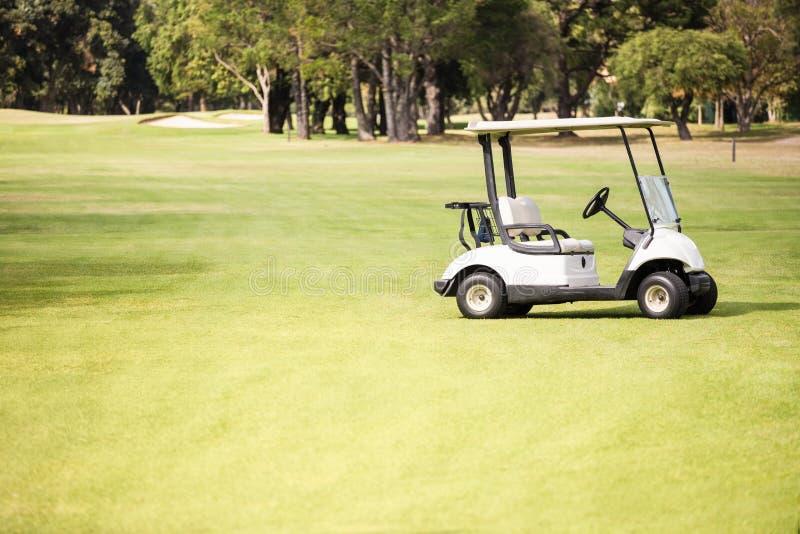 Samotny golfowy powozik na polu golfowym fotografia royalty free