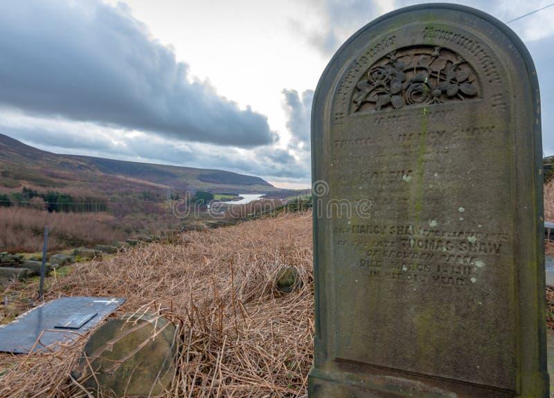 Samotny grób kamień siedzi w górę wierzchołka w Szczytowym Gromadzkim lesie, UK fotografia royalty free