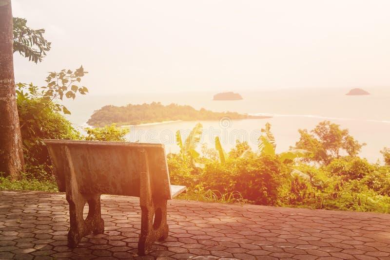 Samotny kamienny krzesło z dennym widokiem obraz stock