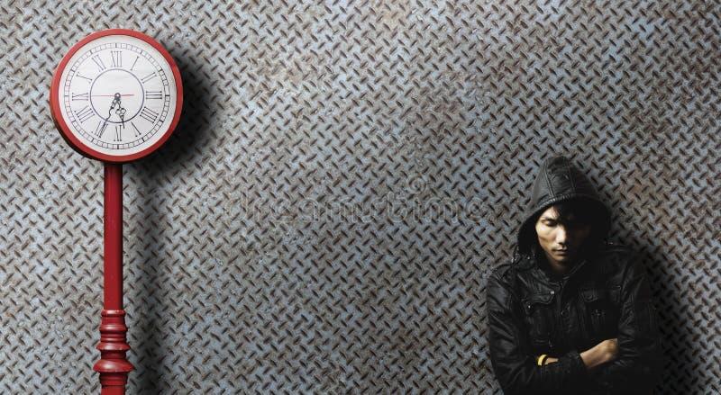 Samotny mężczyzna czekanie dla someone dla długiego czasu z starym zegarowym słupem obrazy royalty free