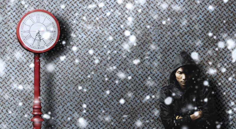 Samotny mężczyzna czekanie dla someone w smutnej emoci wśród śnieg kropli zdjęcia stock