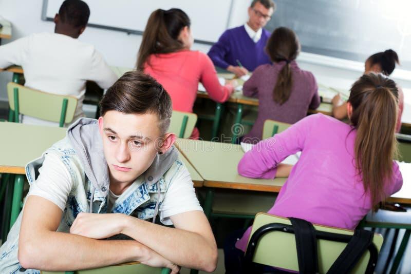 Samotny outcasted uczeń oblega innymi uczniami obraz stock