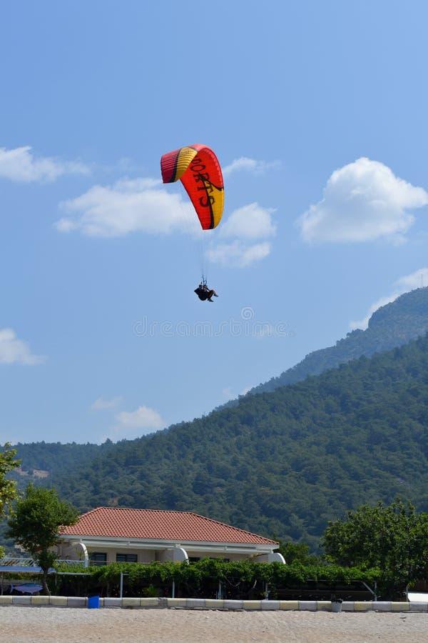 Samotny paraglider latanie w niebieskim niebie przeciw t?u chmury Paragliding w niebie na s?onecznym dniu fotografia stock