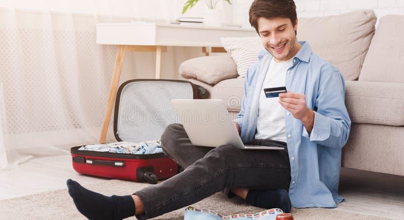 samotny podróżowanie Obsługuje narządzanie dla wakacje, rezerwacja bilety online zdjęcie royalty free