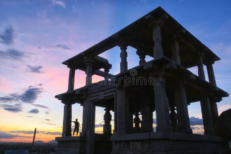 Samotny podróżnik blisko ruin antyczny dwa kondygnacj budynek, Hampi obraz royalty free