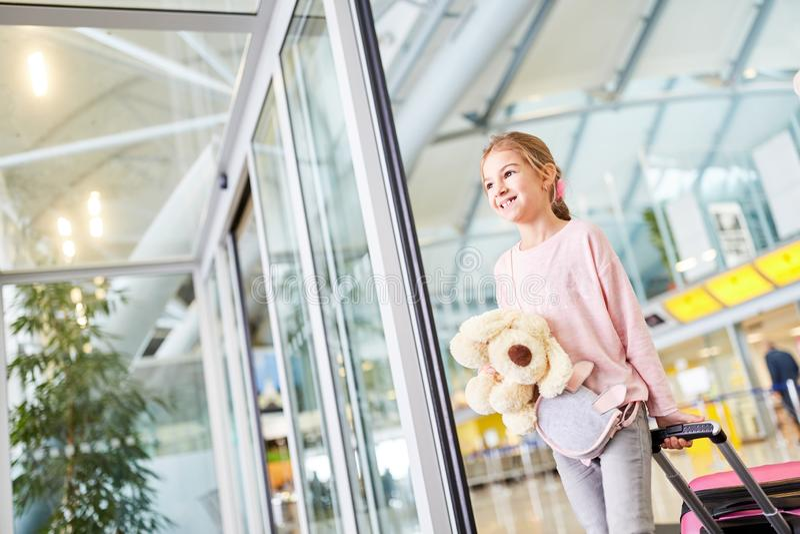 Samotny podróżny dziecko z bagażem w lotnisku fotografia stock