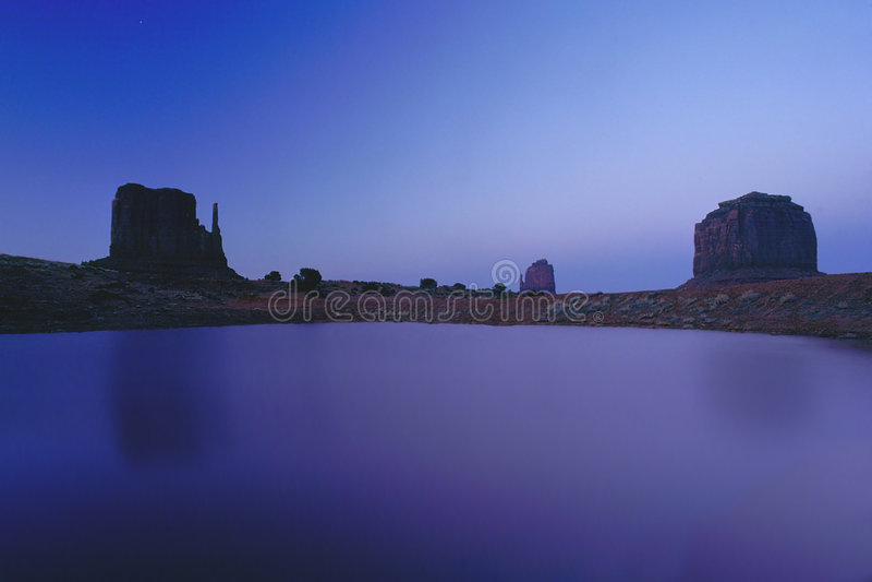Download Samotny pomnik zdjęcie stock. Obraz złożonej z zabytek, niebo - 43804