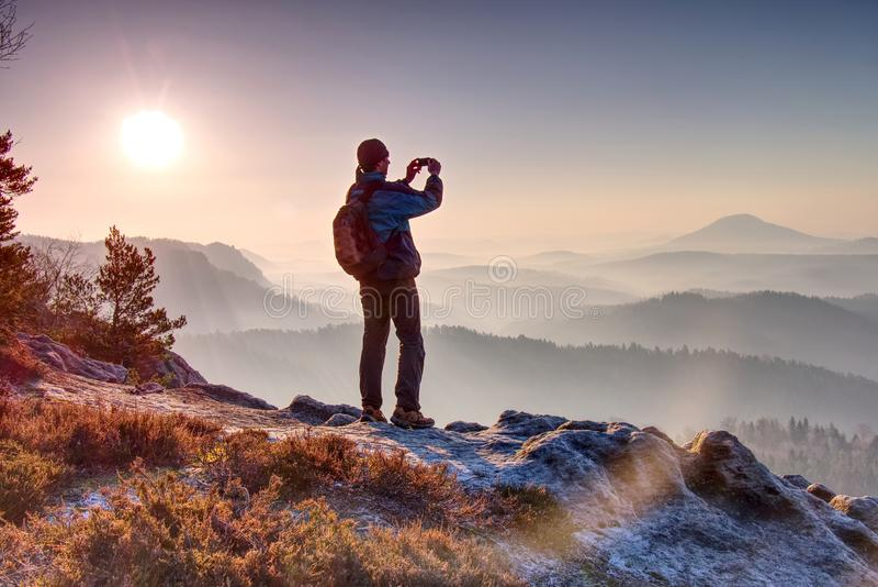 Samotny postać zegarków wschód słońca od ostrze skały patrzeje w dół przy dzikim krajobrazem fotografia royalty free