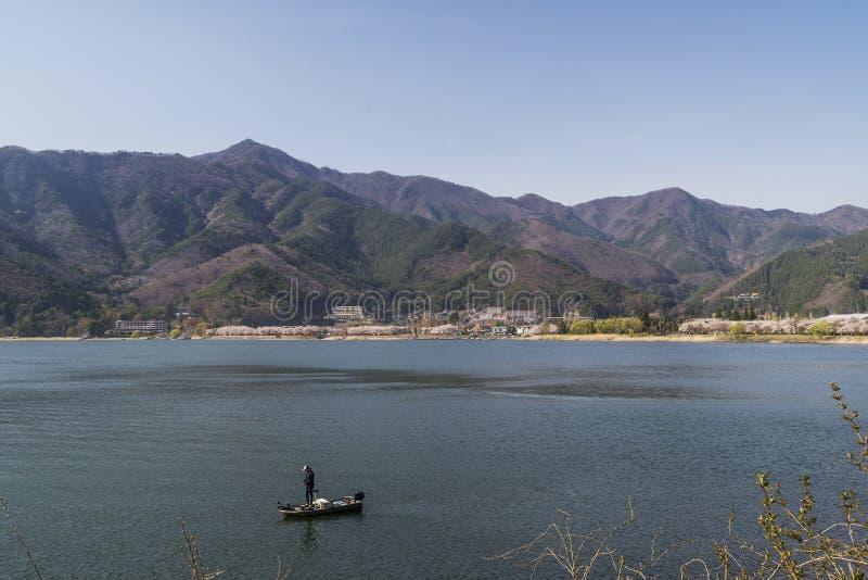 Samotny rybak na łodzi na Jeziornym Kawaguchi, Yamanashi prefektura, Japonia zdjęcia royalty free