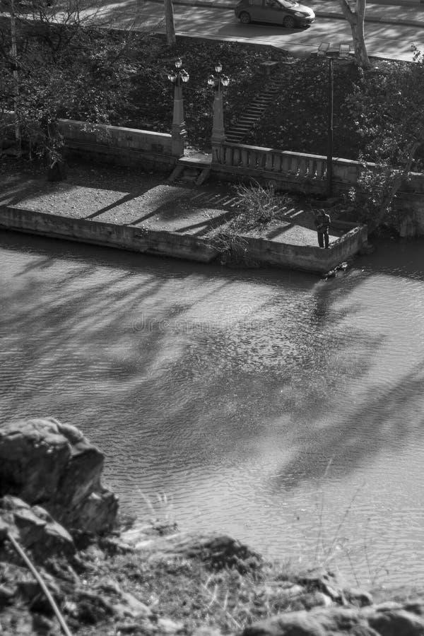 Samotny rybak na rzecznym Kura obraz stock